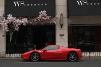 カフェの前にたたずむ「フェラーリ458スパイダー」。