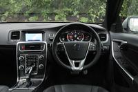 インテリアの仕立てはベース車両に準じる(試乗車は「S60 D4 R-DESIGN」)。