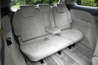 3列目シートの電動床下格納機能は、「G」でオプションとして選べる(オプション価格=13万7550円)。標準仕様は手動式だ。