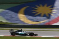 通算40回目のポールポジションからスタートしトップを守るも、序盤のセーフティーカー導入ですかさずピットに入り、その間ベッテルに首位の座を奪われたハミルトン。この作戦ミスに加え、「W06」のバランスの悪さにも足を引っ張られ、チャンピオンは2位に甘んじた。(Photo=Mercedes)
