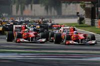 スタートでジェンソン・バトンが抜け出し、アロンソ(手前右)とマッサ(同左)が追う展開。アロンソの後ろにつけ、マッサをオーバーテイクしようとしたルイス・ハミルトンだったが、フェラーリと接触しマシンを壊してリタイアした。(写真=Ferrari)