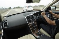 一路、高速道路を北陸へとひた走る。フロントウィンドウ越しに見えるのは、比較対象として同行したガソリン車「ボルボXC60 T5 SE」だ。