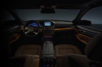間接照明(アンビエントライト)が採用された、新型Eクラスの運転席まわり。