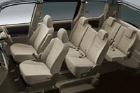セカンドシート中央部を折りたためば、ウォークスルーが可能。荷室を重視した5人乗りモデル「TRANCE-X」もラインナップする。