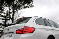 リアのコンビランプは、兄貴分の「7シリーズ」などとおそろいのデザイン。そのうえに「4つ★マーク」があるとおり、「523iツーリング」はエコカー減税(50%減税)の対象となっている。