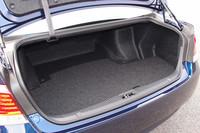 トランクルームの容量は、ガソリン車(写真)で552リッター、ハイブリッド車で450リッターが確保される。