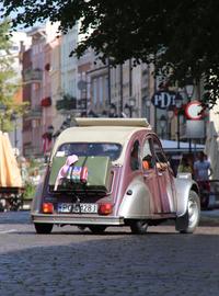 トルンの歴史的旧市街にも、「2CV」があふれた。