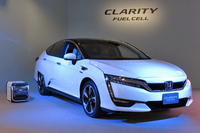 2016年3月にリース販売が始められた、ホンダの燃料電池車「クラリティ フューエルセル」。バイオエタノールを燃料とする日産の燃料電池と異なり、水素を使って得られた電力で走行する。