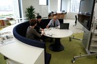 シンプル&モダンな雰囲気のオフィス。半円形劇場風にデザインされた、プレゼン討議コーナーもある。