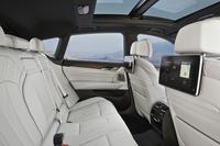 後席の様子。3070mmのホイールベースを生かし、広い空間が確保される。