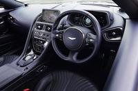 従来モデルから意匠が一新されたインテリア。レバーで操作するフライオフ式だったパーキングブレーキは、「DB11」ではボタン操作の電子制御式となった。