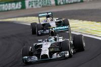 """今季最多ポールポジションを決めたロズベルグは、これまでの""""負け癖""""を払拭(ふっしょく)する見事なレースをやってのけた。フリー走行から予選Q1、Q2、Q3まで全セッションでトップタイムを記録。さらにレースでもミスなく走り切った。後半、ハミルトン(同後ろ)を僅差で従えての攻防は見応え十分だった。(Photo=Mercedes)"""