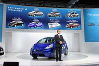 2012年中の発売が見込まれる「フィットEVコンセプト」と、ホンダの伊東孝紳社長。