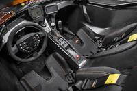 """コックピットの様子。バスタブ型のモノコック内に、ドライビングに必要なアイテムが配される。パッドを置いただけの""""シート""""はレカロ製。シフトレバーの近くには、ワイパーやウオッシャー液の操作ボタンも置かれる。"""
