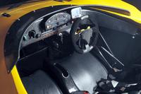 左右一体型のFRP製シートの上にはパッドが貼られるため、案外と長時間を過ごせそうだ。
