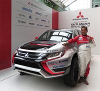 今回の記者発表会では、2015年10月にポルトガルで開催されるクロスカントリーラリー「バハ・ポルタレグレ500」への参戦についても発表された。競技車両は「アウトランダーPHEV」で、三菱自動車によるワークス体制での出場となる。写真は競技車両と、チーム監督兼ドライバーの増岡 浩氏。
