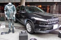 車両の展示スペースには、そのクルマから着想を得てコーディネートされたファッションブランドのアイテムが飾られる。