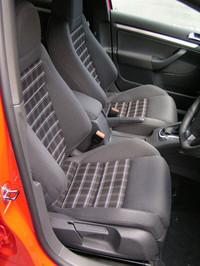 初代GTIを彷彿とさせる、チェック柄のシート生地が使われる。オプションでレザーシートも用意。