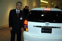 ウィッシュの開発をとりまとめた、トヨタ自動車の吉田健チーフエンジニア。ライバルに対するアドバンテージを、「2列目ドアの開き方を熟慮した結果の、3列目シートへの高い乗降性。デザインも高いベルトラインによりミニバンぽく見えないようにした」と語る