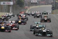 この週末唯一のドライコンディションでスタートしたレースは、メルセデスのニコ・ロズベルグ(先頭)が1位、ルイス・ハミルトン(その後ろ)は3位にジャンプアップを果たすも、わずか数周のうちに後退。71周レースの13周目にはベッテル、マーク・ウェバーのレッドブル1-2をアロンソが追いかける展開となった。(Photo=Mercedes)