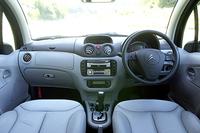 「コンフォートパッケージ」は、「レザーシート」「バックソナー」「クルーズコントロール付き革巻きステアリングホイール」「フロントシートヒーター(3段階)」「シートアンダートレイ」「フロントアームレスト」のセットで、18.0万円のアディショナルとなる。また、試乗した車両には、ディーラーオプションとして、ワイド6.5インチDVDナビゲーションシステム(18.8万円)が装着されていた。