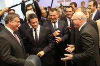 プレスデー2日目(2016年9月30日)の午前、会場を訪問したマニュエル・ヴァルス仏首相(左から2人目)。パーツサプライヤー「ファウレシア」のブースで。