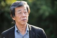 水野和敏(みずの かずとし)     1952年長野県生まれ。長野高専を卒業後、72年に日産自動車に入社。「プリメーラ」(P10)や「スカイライン」(R32)の車両パッケージ開発に携わる。89年にNISMOに出向してグループCカーレースに参戦。日産のレース活動の黄金期を築いた。93年に日産に復帰し、「スカイライン」(V35)や「フェアレディZ」(Z33)などの開発に携わった後、2003年から「GT-R」(R35)プロジェクトにかかわるすべての責任業務を遂行。2013年3月末に同社を退社。