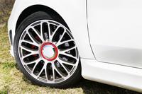 タイヤサイズは205/40R17。ホイールは4種類の中から選択が可能で、テスト車は標準装備の10スポーク17インチアロイホイールを履いていた。