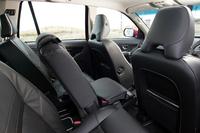 リアシート中央には、「インテグレーテッド・チャイルド・クッション」が採用された。座面を一段上げて、背の低い子供用にすることができる。そのうえ前方へ284mmスライドさせて前席乗員との距離を縮め、前席の大人たちとコミュニケーションを取りやすくすることが可能だ。