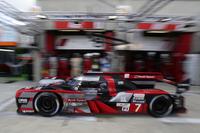 ピットアウトしていく7号車アウディ。日本のレースシーンでもなじみのある、A.ロッテラーやB.トレルイエがドライブした。