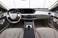 """インテリアのデザインは「Sクラス」に準じる。""""コマンドポジション""""というほどではないが、運転席の着座位置は高い。"""