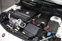 リッター当たり181psを発生する2リッター直4ターボエンジン、7段デュアルクラッチ・トランスミッション、4MATICなどの組み合わせによって、「A45 AMG」は0-100km/h加速4.6秒、最高速250km/h(リミッター作動)の動力性能を実現した。