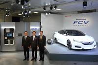 左から、FCVの開発責任者である本田技術研究所の清水 潔氏、本田技研工業代表取締役社長の伊東孝紳氏、同執行役員の三部敏宏氏。