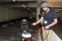 """充電は、シート下に収納されたプラグを引き出して行う。""""空っぽ""""からフル充電までに要する時間は、約6時間。"""