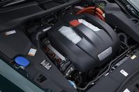 3リッターV6スーパーチャージャーエンジンとモーターを組み合わせたパワーユニットは、システム全体で最高出力380ps/5500rpm、最大トルク59.1kgm/1000rpmを発生する。