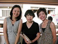 岸和田の「洋裁コシノ」で。ファッションデザイナーのコシノジュンコさん(写真中央)と。