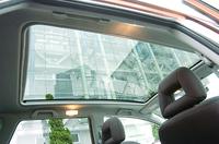 これが「スカイルーフ」。ガラスは開かない。3段階に開度が調節できる電動サンシェードが備わる。