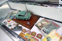 展示されていた当時の自動車専門誌やモデルカー、ノベルティなど。手前に見える、プラモデル登場以前のアイテムである木製模型(箱付き)など、特に希少と思われる。