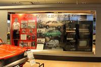 背景には当時の家電など、価格比較の対象となるモノがあれこれ展示されている。