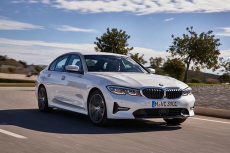 BMWの中核モデル「3シリーズ」がフルモデルチェンジ。ガソリン車、ディーゼル車を織り交ぜポルトガル南部の...