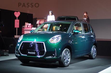 マイナーチェンジした「トヨタ・パッソ」とファッションブランドとのコラボキャンペーンが東京都内で発表さ...