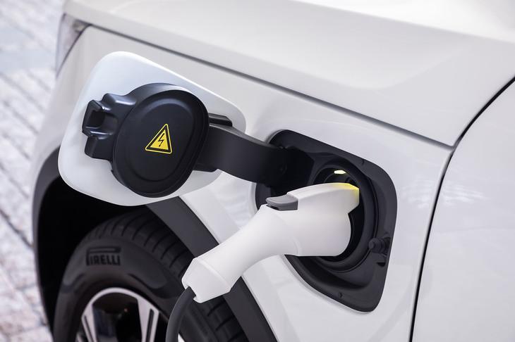 充電は、200V16Aの普通充電システムを用いて行う。フロントフェンダー左サイドに給電口を配置。2.5時間から3時間程度でフル充電が完了するという。
