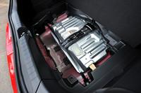 荷室の床下に搭載される、リチウムイオンバッテリー。ニッケル水素電池が用いられた従来モデルに比べ、モーターの出力はアップ(14ps→20ps)。より強力な発進・追い越し加速を実現したとされる。
