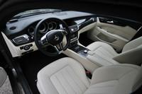 インパネデザインは「CLS」セダンに準じる。試乗車はインパネやドアパネルにまで本革を張った「エクスクルーシブパッケージ」装着車。内装色はブラック/ポーセレン。