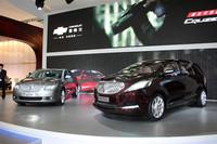 ビュイックのコンセプトカー「ビジネス」(右)と新型「ラクロス(君越)」(左)。