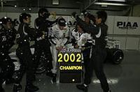フォーミュラニッポン参戦6年目の悲願達成。ラルフ・ファーマンは、ディフェンディングチャンピオンの本山哲を破り、ドライバーズタイトルを手に入れた