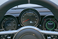 メーターは3眼式。中央のタコメーターの周囲には「パワーメーター」が配置されており、上半分(白色LED)がエンジンの出力を、下半分(緑色LED)がモーターの出力や回生状態を、それぞれ示すようになっている。