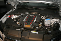 「S7スポーツバック」のエンジン。