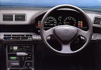 16Xのインパネ。インパネは基本的には全グレード共通だが、16Riのみ空調関係のスイッチがプッシュボタン式となっていた。CDデッキはオプション。