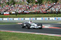 BMWザウバー勢は、ロバート・クビサ(写真)が8位入賞、ニック・ハイドフェルドは10位で完走した。目標の初優勝をカナダで達成し、コンストラクターズランキング3位の座はほぼ確実。BMWは、2強─フェラーリとマクラーレン─が今年のチャンピオンシップ争いで手が抜けないのを尻目に、既に2009年マシンの開発に注力しているとされる。(写真=BMW)